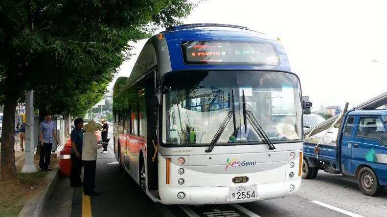 Südkorea: Elektrobus lädt kabellos an Haltestelle