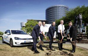 Spatenstich in Dresden. Hier kann man bald Solarenergie laden / Bild: Volkswagen AG