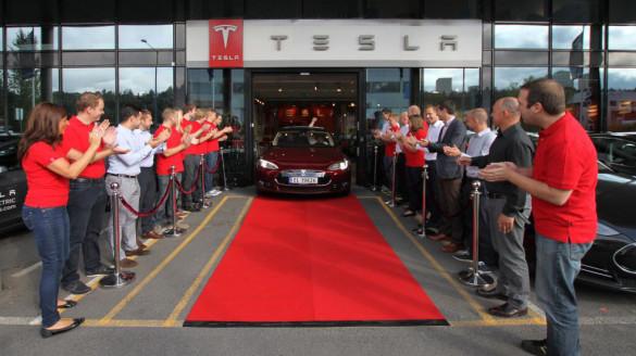 Erster Tesla Model S in  Europa ausgeliefert